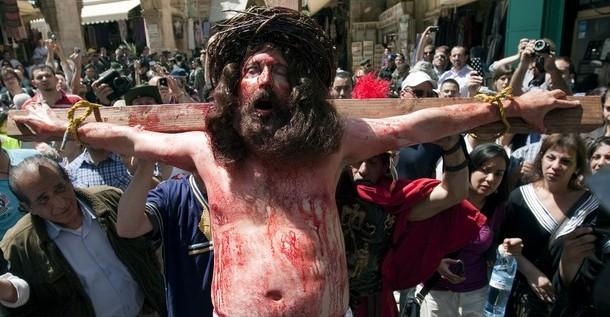 El Vía Crucis inunda de peregrinos las calles de Jerusalén