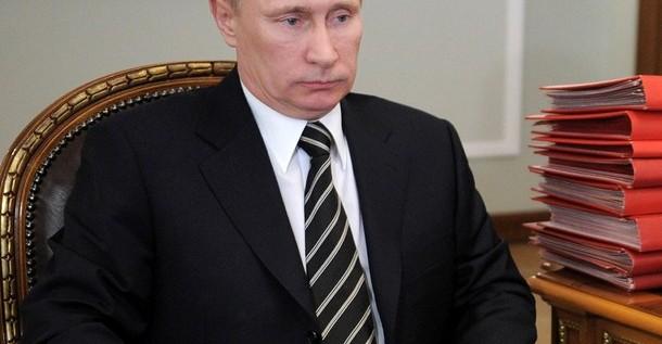 Putin concluye reparto de poder al ceder la dirección del partido a Medvédev