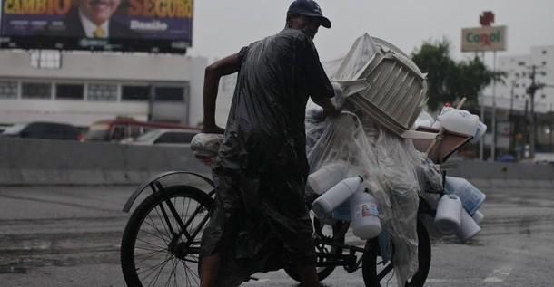 Dominicanos viven, bajo lluvias, jornada de reflexión ante reñidos comicios