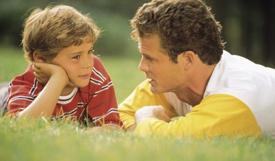 Estudio dice buena comunicación con padres permite a hijos enfrentar riesgos