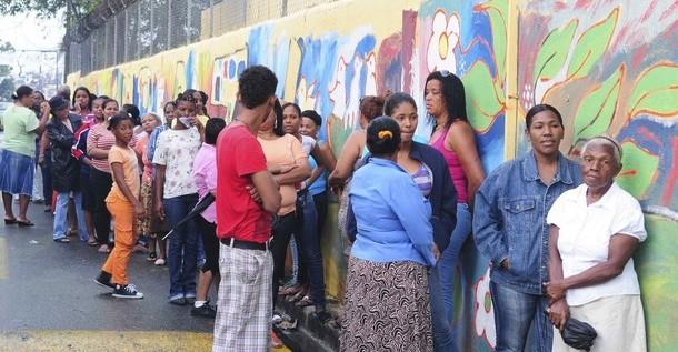 Dominicanos acuden a votar en un ambiente de calma, con incidentes menores