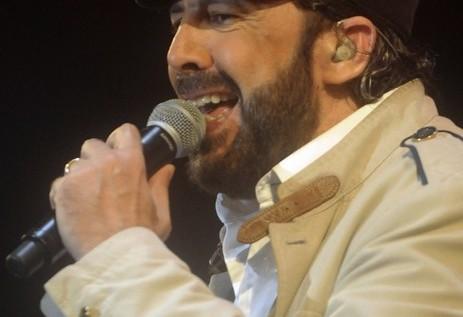 Juan Luis Guerra puso a bailar hasta a la lluvia en vibrante concierto