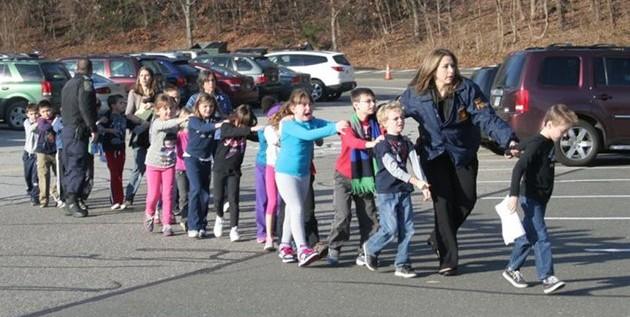 """""""Nos dijeron que cerráramos los ojos"""", declaran niños de masacre en Newtown"""