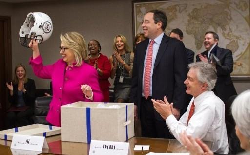 Clinton recibida con una ovación en el regreso a su despacho