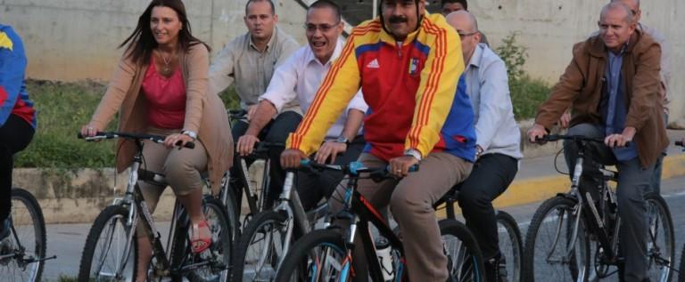 Presidente de Venezuela se cae de bicicleta