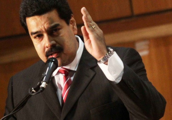 Maduro evalúa aumentar precio de la gasolina