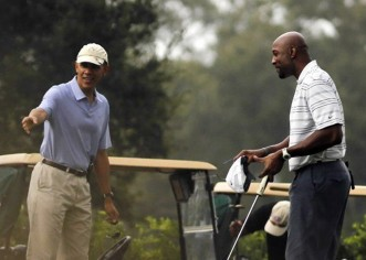 Obama juega golf con ex astro de la NBA