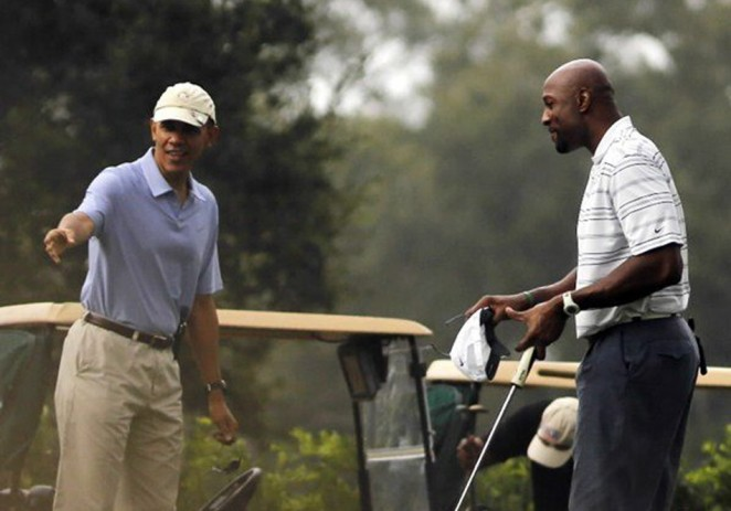Obama juega golf con Alonzo Mourning en Florida