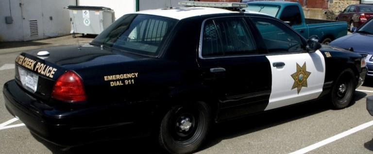 Detienen a policías que confiscaban coches de hispanos pobres para venderlos
