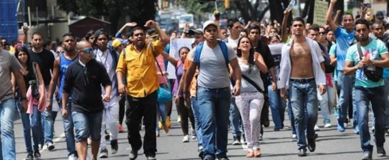 """Opositores marchan en Caracas por la """"resurrección de la democracia"""""""
