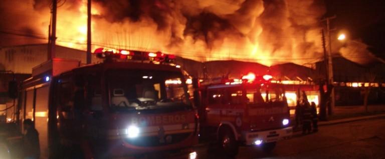 Fuego se reaviva en San Diego; hay más evacuados