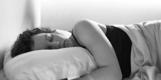 Dormir a oscuras, posible ayudar en ciertos tratamientos contra el cáncer de mama