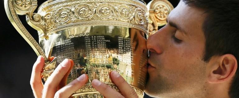 Djokovic vence a Federer en Wimbledon y asalta el número uno de Nadal