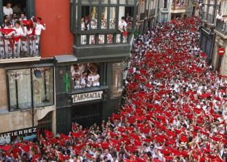 Pamplona se viste hoy de blanco y rojo con el chupinazo de los sanfermines