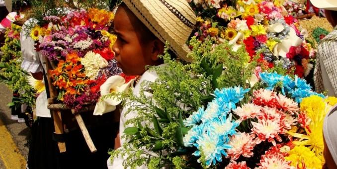 Colorido desfile infantil abre Feria de las flores de Medellín