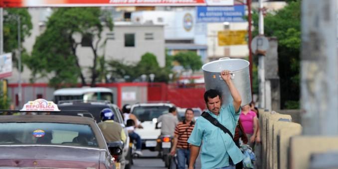 Venezuela inicia cierres nocturnos de frontera con Colombia para frenar el contrabando