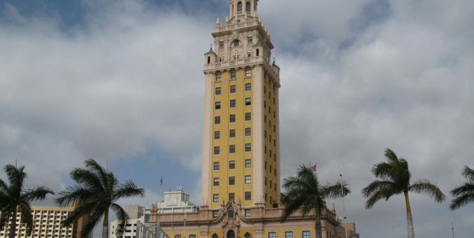 Recuerdos del exilio cubano en emblemática torre en Miami