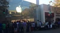 Tim Cook está conviviendo con los fans en la tienda Apple de Palo Alto