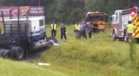 Mujer desnuda en camión choca con autobús escolar