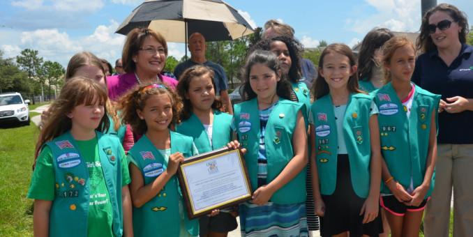Girl Scouts Celebran la Instalación de un Nuevo  Semáforo en el Condado de Orange