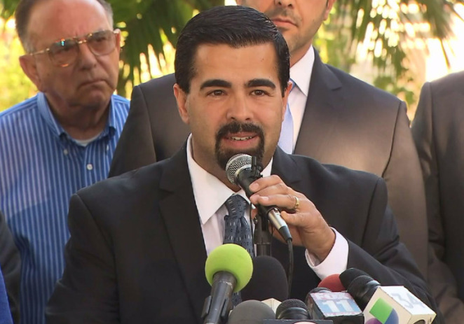 Asesinan a alcalde de suburbio de Los Angeles