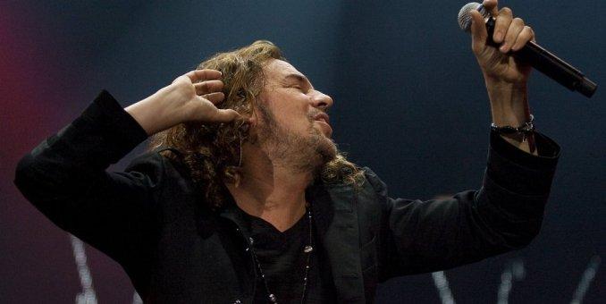 Fher, vocalista de Maná, cae del escenario durante concierto