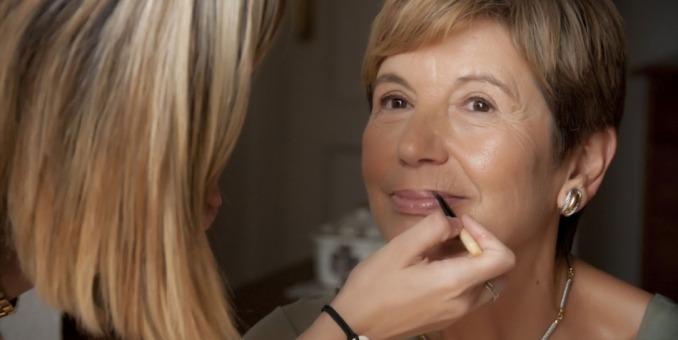 Maquillarse mejora la salud de las mujeres mayores