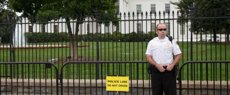Instalan barrera provisional frente a Casa Blanca