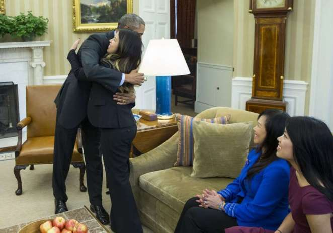 Obama abraza a enfermera recuperada de ébola