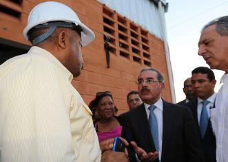"""Presidente Dominicano sorprende a Ingeniero en Azua: """"Esto está lento, lo quiero para febrero"""