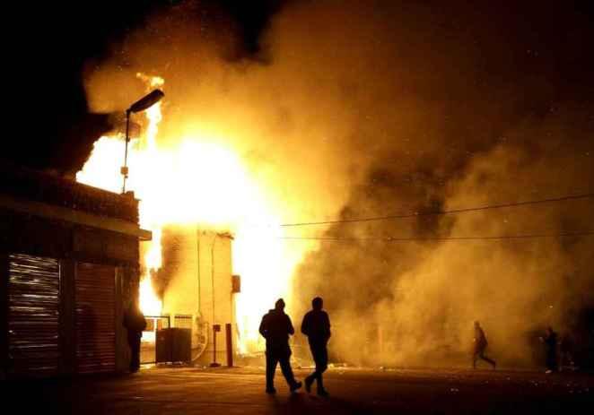 Sin acusación, el caos llena calles de Ferguson