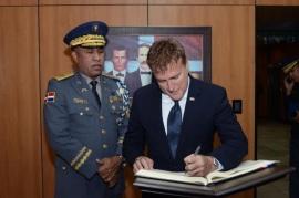 eMBAJADOR Norteamericano Brewster y el jefe de la Policia Nacional Dominicana Castro Castillo hablan de seguridad ciudadana en encuentro