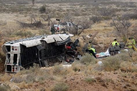 Texas: Autobús de reos cae sobre tren, al menos 10 muertos