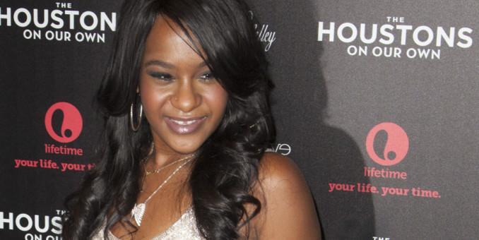 La hija de Whitney Houston lucha por su vida según familia