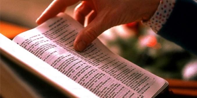 Escuelas de Florida prohíben repartir biblias y textos satánicos