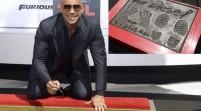 Vin Diesel plasma sus huellas en Hollywood