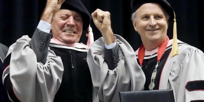 Julio Iglesias recibe doctorado honorario de Berklee