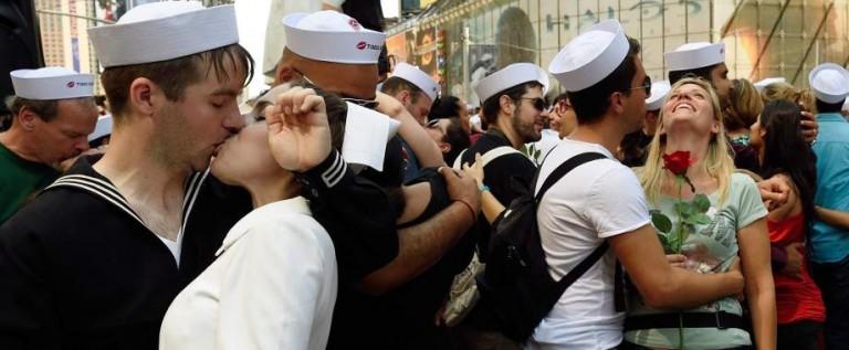 Cientos de parejas recrearon célebre beso de Times Square