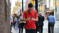 Confirmado: caminar mientras se envían mensajes de texto distrae