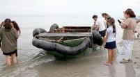 Inmigrantes cubanos y un perro llegan a una playa de Miami