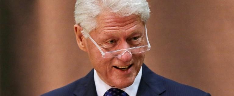 Bill Clinton defiende a su esposa de ataques de Trump