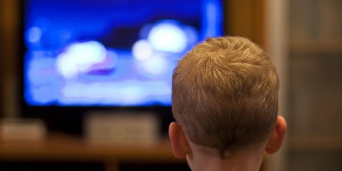Los chicos pasan 5 horas por día frente a las pantallas