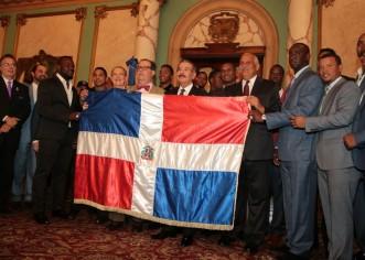 Presidente Medina entrega bandera a equipo representará RD en serie Béisbol del Caribe