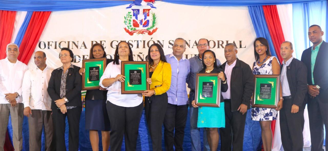 congresista-con-profesores-y-estudiantes-galardonados